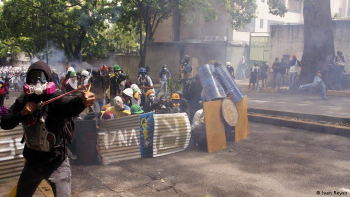 Manifestantes lanzan proyectiles (Ivan Reyes)