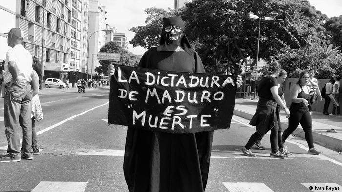 Pancarta con la leyenda: La dictadura de Maduro es muerte.