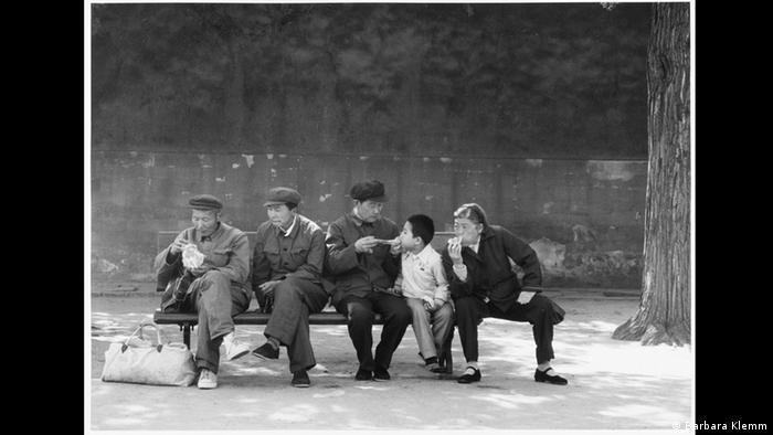 باربارا کلم (Barbara Klemm) عکاس آلمانی از هنرمدانی است که بخشی از فعالیتهای خود را به تهیه عکسهایی با سوژه پیکنیک اختصاص داده است. در نمایشگاه وقت پیکنیک که سالها پیش در فرانکفورت برگزار شد، عکسهای گوناگونی از این عکاس به نمایش گذاشته شدهاند، از جمله این عکس تماشایی که در سال ۱۹۸۵ میلادی در پکن گرفته شده است.
