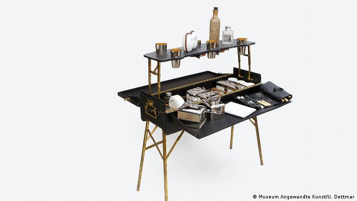 این میز تاشو در سال ۱۹۱۰ از چوب طراحی شده و میتوان آن به عنوان چمدان حمل کرد و پیکنیک مجللی برای شش نفر به راه انداخت. این میز در نمایشگاه تاریخ پیک نیک که سالها پیش در فرانکفورت برگزار شد به نمایش درآمد.