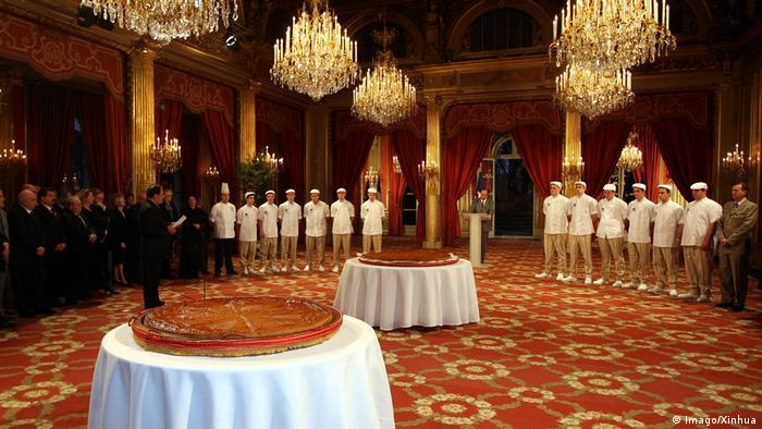 Bankett-Halle im Elysee-Palast mit Dreikönigskuchen (Foto: Imago/Xinhua)