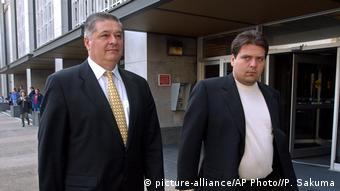 Павло Лазаренко і його син Олександр біля будівлі суду, 2004 рік