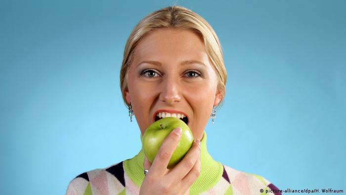 Откусывать кислое яблоко