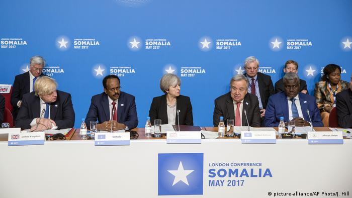 Britain's Foreign Secretary Boris Johnson, Somalia's President Mohamed Abdullahi Mohamed, Britain's Prime Minster Theresa May, UN Secretary-General Antonio Guterres and Moussa Faki Mahamat, the new Chairperson of the AU Commission at the London Somalia conference (picture-alliance/AP Photo/J. Hill)