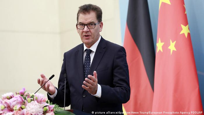 Bundesentwicklungsminister Gerd Müller in China (picture alliance/dpa/How Hwee Young/European Pressphoto Agency POOL/AP)