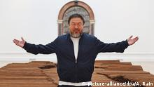 UK Ai Wei Wei vor seinem Kunstwerk 'Straight' beim London's Royal Academy of Arts