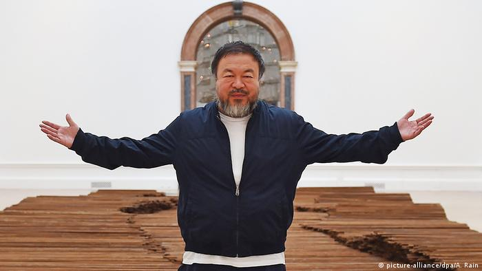UK Ai Wei Wei vor seinem Kunstwerk 'Straight' beim London's Royal Academy of Arts (picture-alliance/dpa/A. Rain)