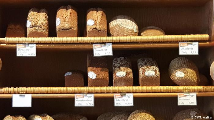 Loafs of bread on a shelf at Weichardt Brot (DW/T. Walker)