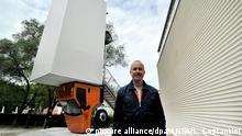 Der österreichische Künstler Erwin Wurm steht am 09.05.2017 neben seiner Skulptur bei der Preview zur 57. Kunstbiennale von Venedig, Italien. Foto: Luigi Costantini/ANSA/dpa +++(c) dpa - Bildfunk+++  