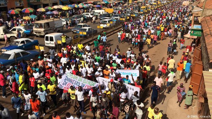 Manifestação contra a crise política em março, em Bissau