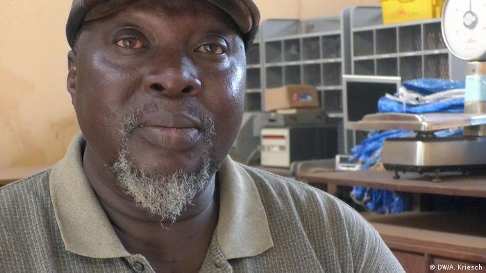 Lagos Bernardino Manu Mitarbeiter der Post