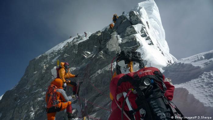 Himalaya - Saisonbeginn für Extrembergsteiger (Getty Images/P.D.Sherpa) & Mount Everest: All inclusive to the summit | DW Travel | DW ...