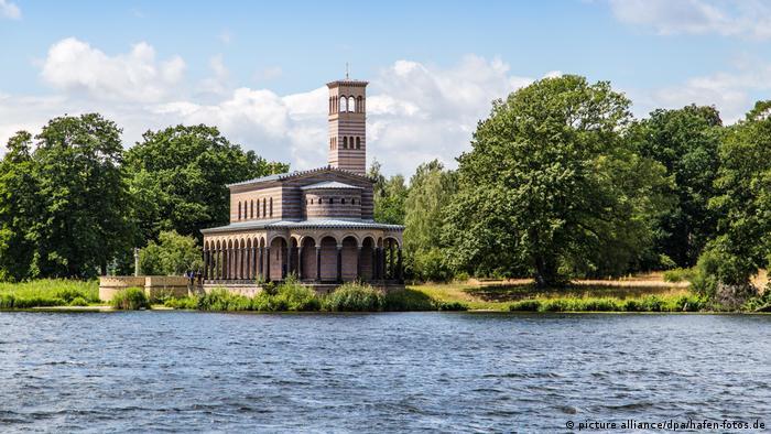 Закровский храм Христа Спасителя на берегу озера Юнгфернзе в Потсдаме