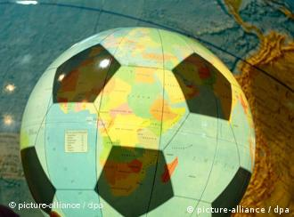 Футбольный мяч на фоне глобуса