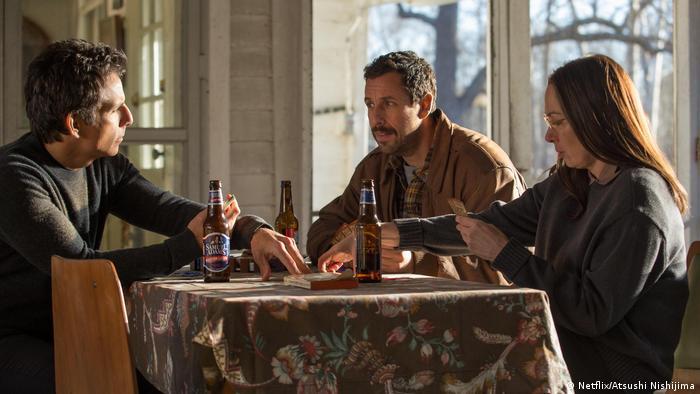 Filmstill von «The Meyerowitz Stories» von Noah Baumbach mit Ben Stiller und Adam Sandler und Emma Thompson beim Kartenspiel (Netflix/Atsushi Nishijima)