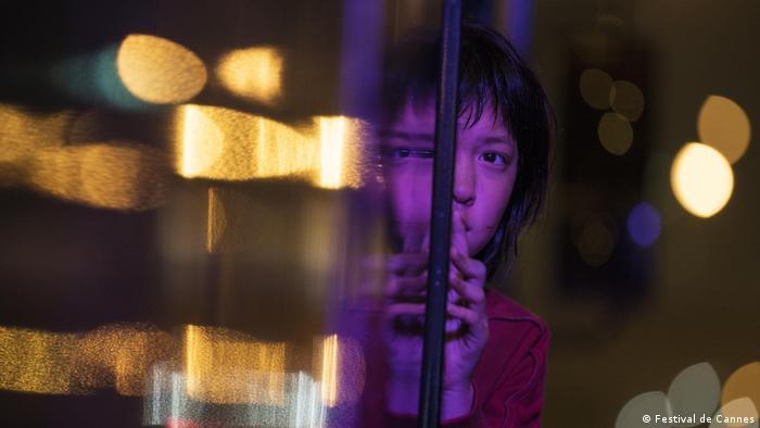 Filmstill von «OKJA» mit Mädchen, das sich in einer nächtlichen Szene an einer Scheibe zeigt, Regie: Bong Joon Ho (Südkorea)