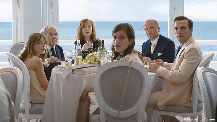 Filmstill von «Happy End» von Regisseur Michael Haneke (Österreich), Dinner-Gesellschaft am Tisch eines Meer-Restaurants (Foto: Festival de Cannes)