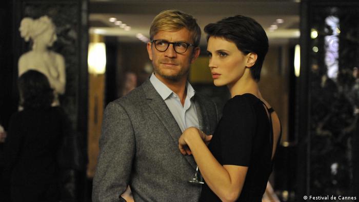 Filmstill von «L'amant double» von Regisseur François Ozon (Frankreich), Ein Paar in festlicher Kleidung schaut nach vorne, (Foto: Festival de Cannes)