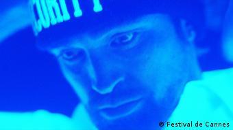 Filmstill aus dem Film «Good Time» von Benny Safdie, Josh Safdie (USA), großes Porträt eines Mannes in Neonlicht, (Foto: Festival de Cannes)