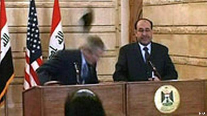 Ausschnitt George W. Bush bei Interview im Irak von Journalisten mit Schuh beworfen Schuhwurf (AP)