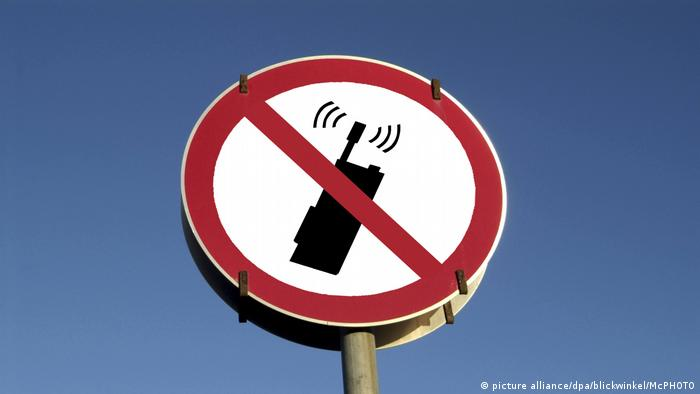 Symbolic sign indicating a ban on mobile phone use (picture alliance/dpa/blickwinkel/McPHOTO)