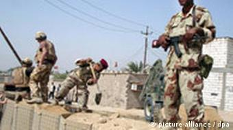 British soldiers help Iraqi soldiers during the construction of a military base in Basra, southern Iraq on 13 April 2008. Iraqi security forces set up several military bases in areas which witnessed battles between Iraqi security forces and the Mahdi Army in Basra. EPA/HAIDER AL-ASSADEE +++(c) dpa - Bildfunk+++