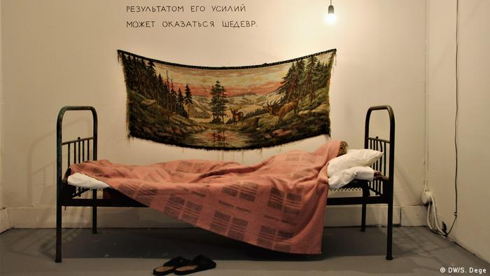 Bed with a blanket (DW/S. Dege)