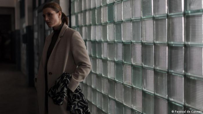 Filmstill aus dem Film Nelyubov von Regisseur Andrej Swjaginzew, Frau vor Kachelwand aus Glasbausteinen (Foto: Festival de Cannes)