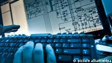 16.06.2011 ARCHIV - ILLUSTRATION - Ein Mann tippt am 16.06.2011 in Frankfurt am Main auf einer Computer-Tastatur vor einem elektrischen Schaltplan (gestellte Szene). Frank Rumpenhorst/dpa «Chinas Cyber-Gesetz behindert Innovation durch Industrie 4.0-Kooperation» +++(c) dpa - Bildfunk+++ | Verwendung weltweit