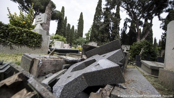 Italien Geschändeter Friedhof in Rom (picture-alliance/AP Photo/ANSA/M. Percossi)