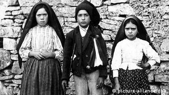 Lucía Dos Santos (izquiera) y los hermanos Francisco y Jacinta (picture-alliance/dpa)