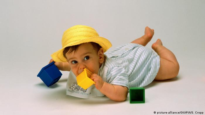 Farbencode - Kind mit Spielzeug (picture-alliance/OKAPIA/S. Cropp)