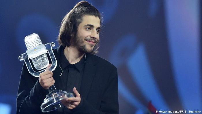 Переможець Євробачення-2017 Салвадор Собрал з головним трофеєм конкурсу. Кому він дістанеться в Лісабоні?