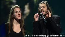 13.05.2017 Der Sieger des 62. Eurovision Song Contest (ESC), Salvador Sobral aus Portugal, singt noch einmal seinen Song «Amor pelos dois» nach dem Finale am 13.05.2017 in Kiew (Ukraine). Den Song hat ihm seine Schwester Luisa (l) geschrieben. Foto: Julian Stratenschulte/dpa +++(c) dpa - Bildfunk+++