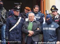 Benedetto Capizzi, capo de mafia siciliana sale de Caserma Carini, la estación de policía de Palermo. La policía apresó en diciembre de 2008 a 90 sindicados.