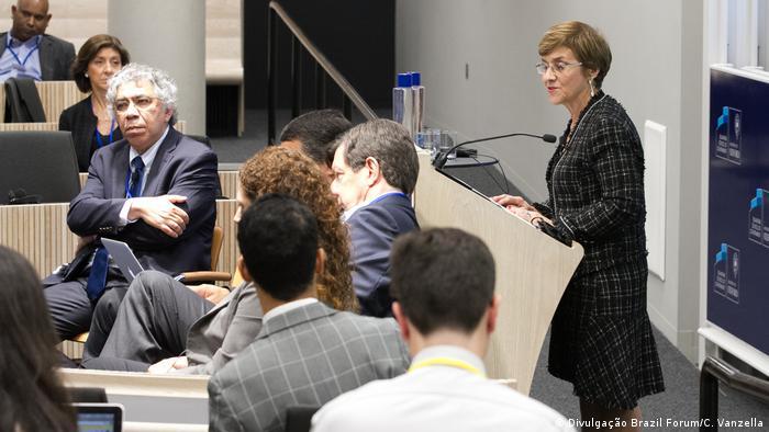 Juíza Delaíde Arantes (dir.) fala no Brazil Forum