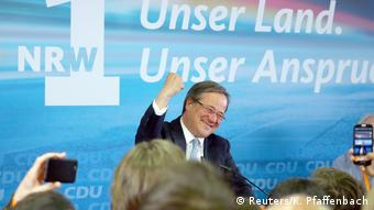 Χαμόγελο επιτυχίας από τον Άρμιν Λάσετ, που θα ηγηθεί της νέας κυβέρνησης στη Ρηνανία Βεστφαλία