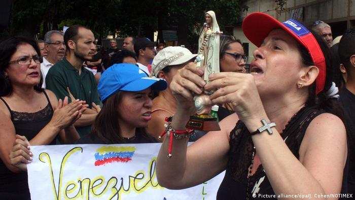Unpolicíamurió hoy de un disparo y una diputada opositora fuedetenida por las autoridades durante la nueva jornada de protesta contra el Gobierno venezolano, en un plantónpara obstaculizar el tránsito en vías principales. La muertre del policía se produjo después de quebrigadas del orden dispersaran la protesta con gases lacrimógenos y disparos, lo que dejósiete heridos.(15.05.2017)