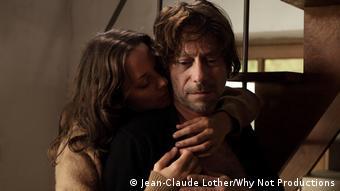 Filmstill aus Les Fantomes d'Ismael, Carlotta umarmt Ismael (Foto: Jean-Claude Lother/Why Not Productions)