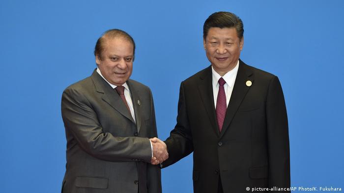 China Seidenstaße-Gipfel- chinesischer Präsident Xi Jinping mit pakistanischer Premierminister Nawaz Sharif (picture-alliance/AP Photo/K. Fukuhara)