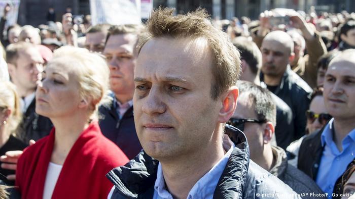 Russland Nawalny bem Protest gegen Wohnbaupläne in Moskau (picture-alliance/AP Photo/P. Golovkin)
