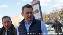 MOSCOW, RUSSIA - MAY 14, 2017: Opposition activist Alexei Navalny (C) after a protest by Moscow residents at Prospekt Sakharova Street against redevelopment plans by the Moscow government for Soviet-era five-floor apartment blocks. Stanislav Krasilnikov/TASS Foto: Stanislav Krasilnikov/TASS/dpa |