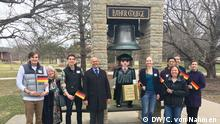 2017+++Werbung mit Playmobil-Luther: Der deutsche Diplomat Stefan Buchwald mit US-Studenten während der Campus-Wochen am Luther College in Iowa DW/C. von Nahmen