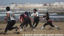 Marokko junge Frauen spielen Rugby auf dem Strand von Rabat