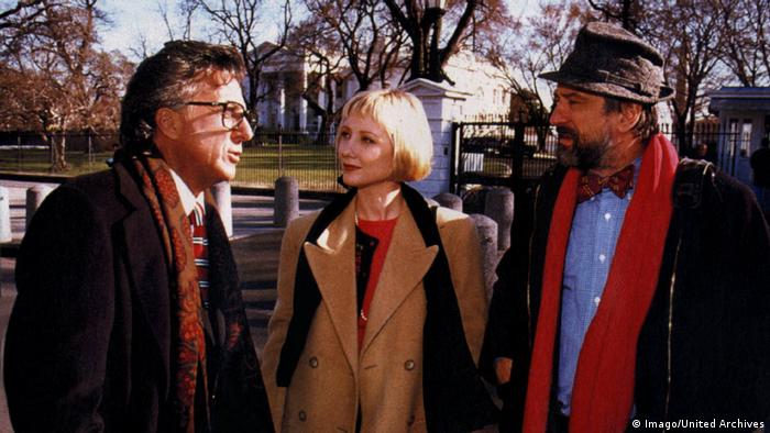 Film still 'Wag the Dog' with Dustin Hoffman, Anne Heche, Robert De Niro (Imago/United Archives)