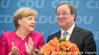 В 2017 году Ангела Меркель вручает букет цветов, поздравляя Армина Лашета с победой на выборах в Северном Рейне - Вестфалии