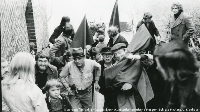 Joseph Beuys with a group out on the street (Copyright: zeroonefilm/bpk_ErnstvonSiemensKunststiftung/Stiftung Museum Schloss Moyland/U. Klophaus)