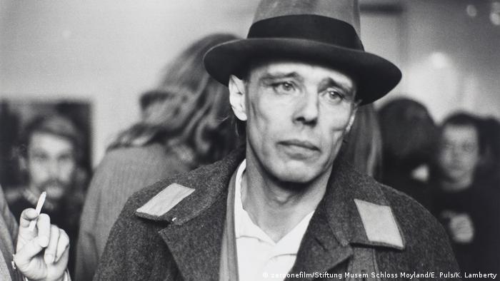 Joseph Beuys, Schwarz-Weiß-Aufnahme
