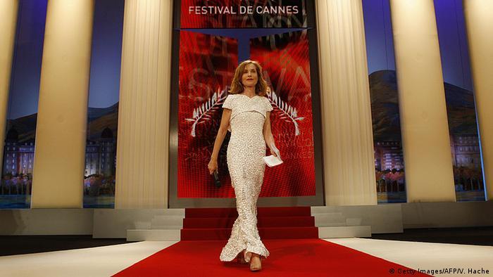 Isabelle Huppert betritt die Bühne bei den Filmfestspielen in Cannes 2009. (Foto: Getty Images/AFP/V. Hache)