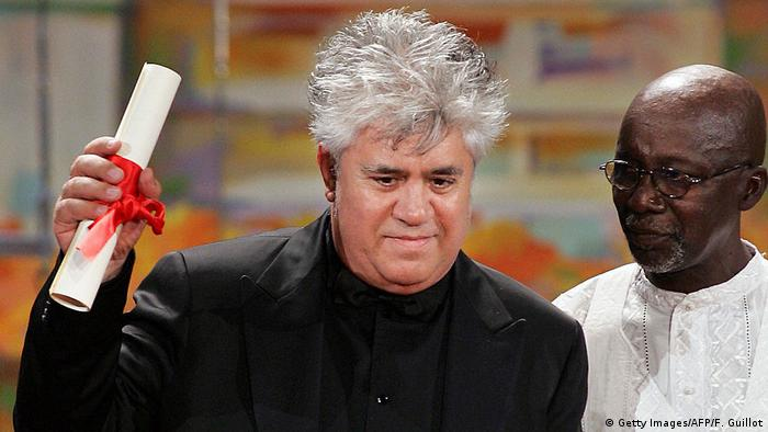 Pedro Almodovar receiving the Best Screenplay award in Cannes for Volver in 2006 (Photo: Getty Images/AFP/F. Guillot)